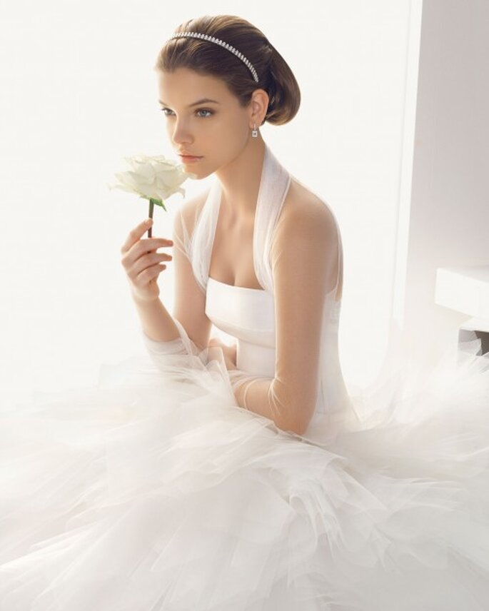 Chaqueta de tul para novia ceñida y elegante - Foto Rosa Clará
