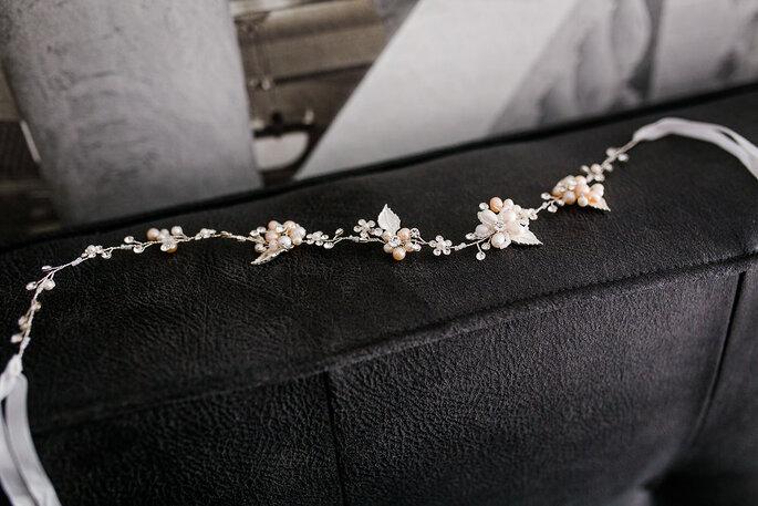 Das Haarband der Braut liegt auf einer Sofa-Lehne.