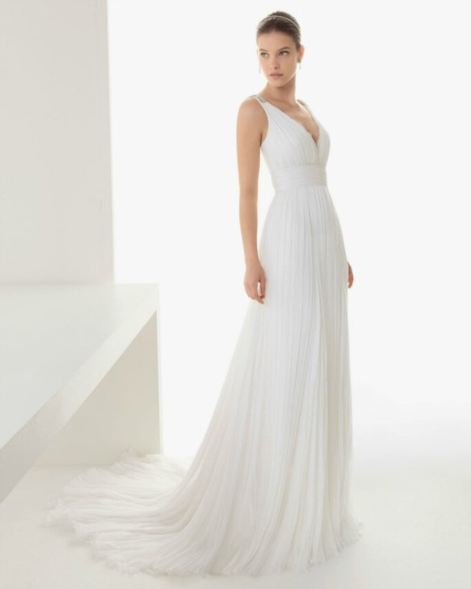 35267e21e3e enregistrer Robe de mariée en mousseline de soie plissée avec col en V et  ravissante ceinture.