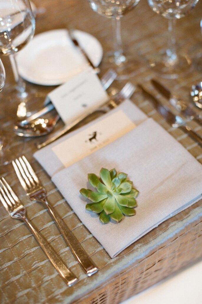 Grüne Akzente auf dem Hochzeitstisch - Foto Carrie Patterson Photography