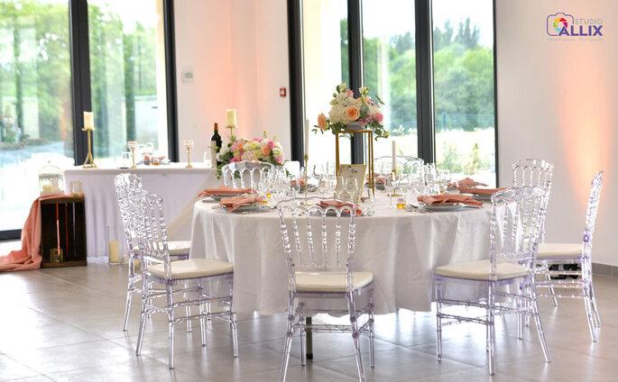 Table dressée pour un repas de réception avec une déco sobre et florale.