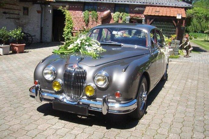 A chaque couple, sa voiture de mariés ! - Source : Location Rétro Mariage