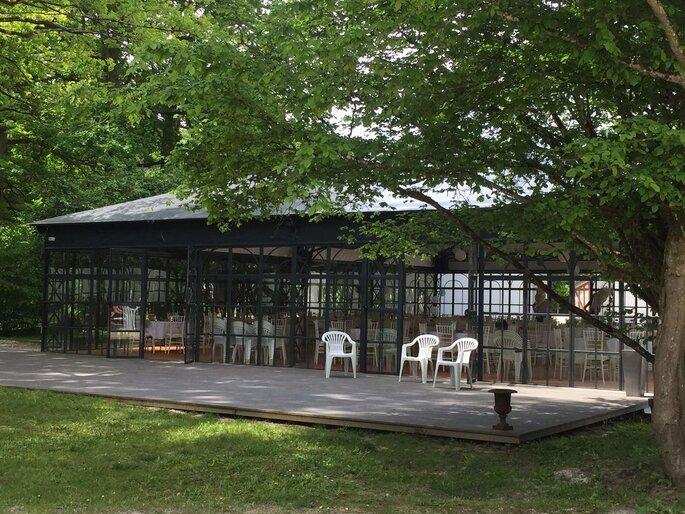 L'orangerie - verrière du Manoir Saint Hubert situé dans un cadre verdoyant