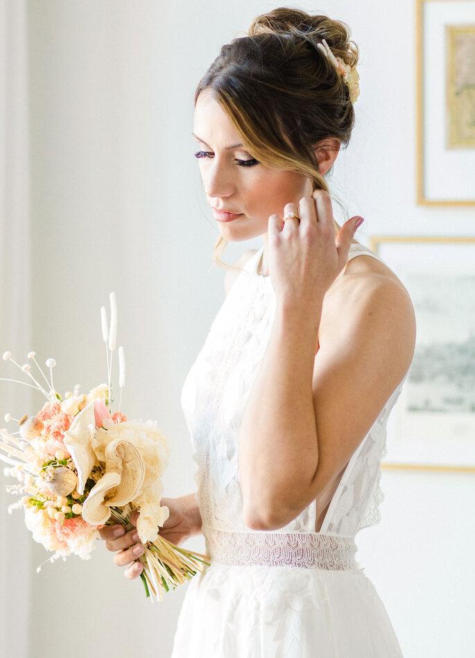 noiva vestido simples com cabelo apanhado bouquet cores nude