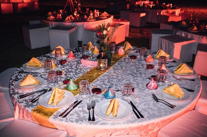 Les tables du dîner de mariage sont dressées aux couleurs locales