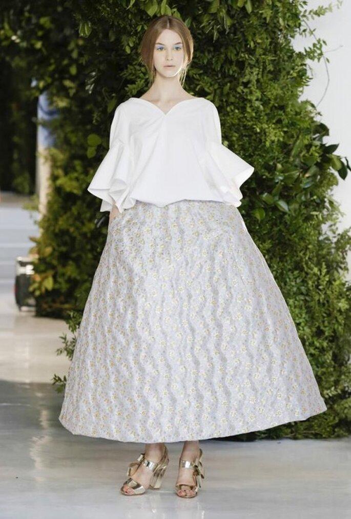 Vestido con falda amplia y top en tono blanco con mangas voluminosas - Foto Delpozo