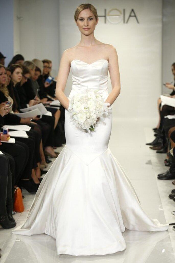 Vestido de novia corte sirena con escote corazón y falda con mucho volumen - Foto Theia