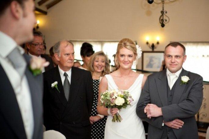 El boutonniere del novio debe ser diferente al del cortejo - Foto Cotton Candy Weddings