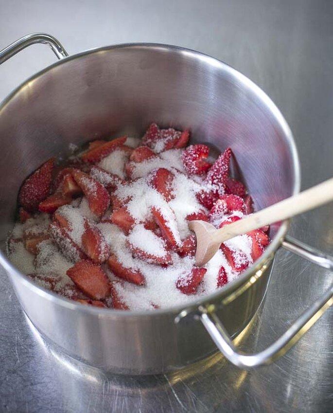Rezept für sommerlichen Erdbeer Drip Cake mit Cream Cheese Füllung