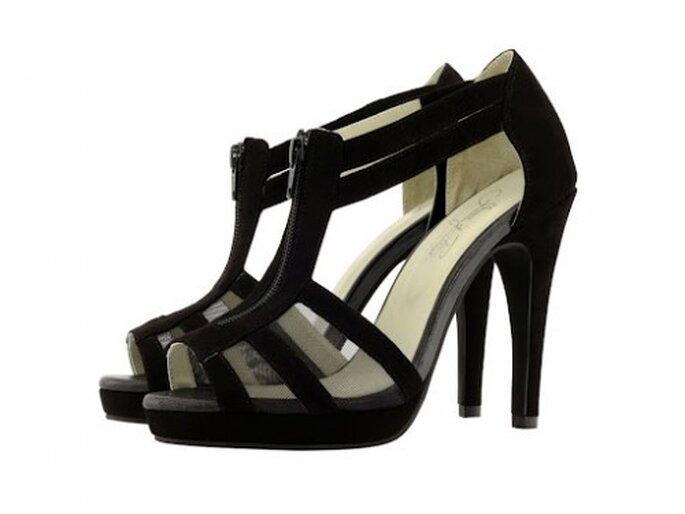 Sandalo nero a listelli sottili con cinturino alla caviglia. Foto Shoes of prey