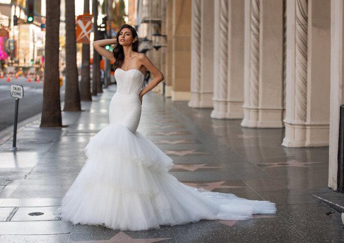 Vestido de noiva silhueta sereia, em tule extremamente macio, com dois volumes distintos, e decote coração | Modelo Saint de Pronovias 2021 Cruise Collection