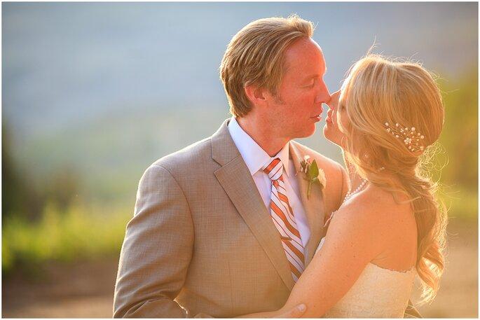 Tonos naranjas desde una boda en un montaña. Foto: Cat Mayer Studio