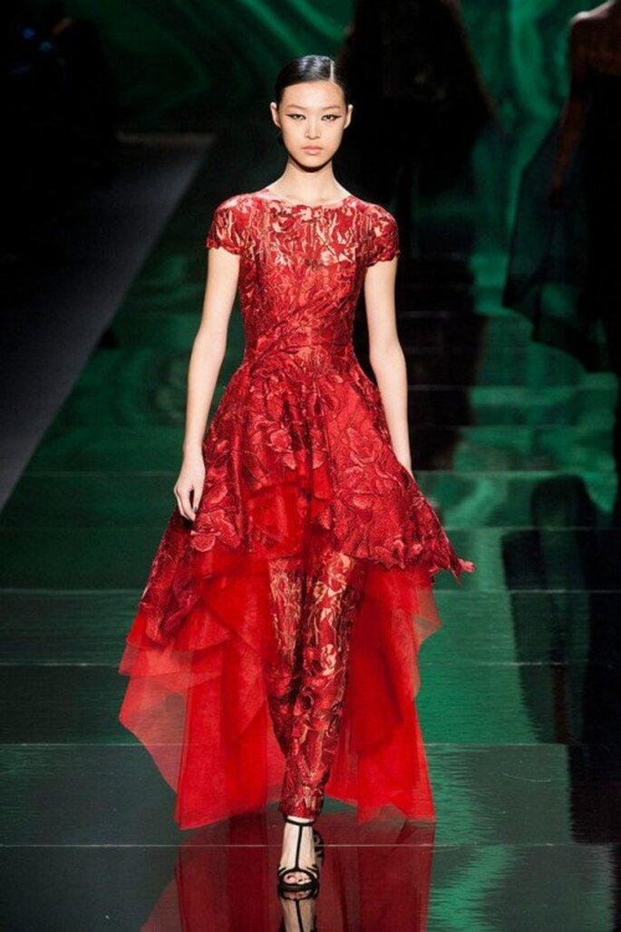 Vestido de fiesta en color rojo con pantalones a juego y textura estilo encaje - Foto Monique Lhuillier