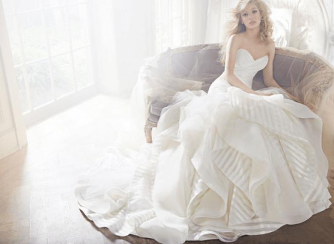Vestido de novia 2013 en color blanco con escote corazón y falda amplia confeccionada con tul y organza - Foto Hailey Paige en JLM Couture