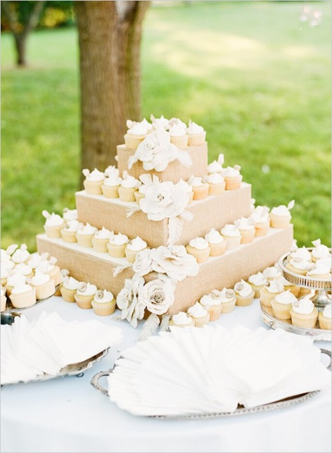 Pastel de bodas y cupcakes en color nude - Foto Ryan Bernal