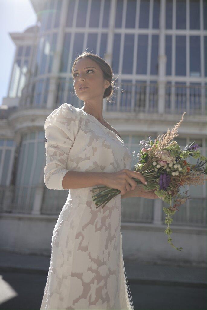 Vestido de novia estilo vintage de una manga con bordado de flores con flecos