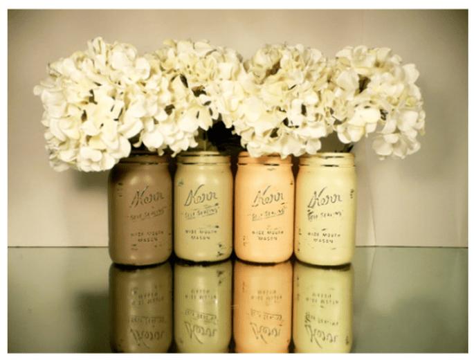 Centros de mesa con flores blancas en tarros avejentados - Foto Etsy