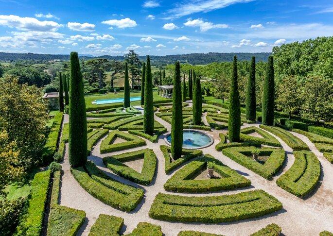 Château de Sannes - les magnifiques extérieurs du château, véritable écrin de verdure