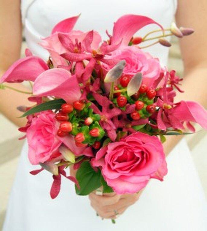 Combinación de varias flores en color rosa para novias