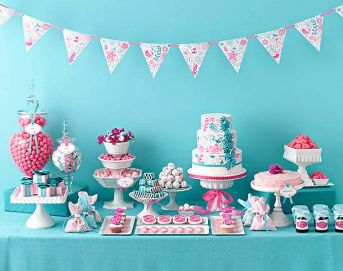 Decoración para mesa de postres en color azul y rosa brillantes - Foto Amy Atlas