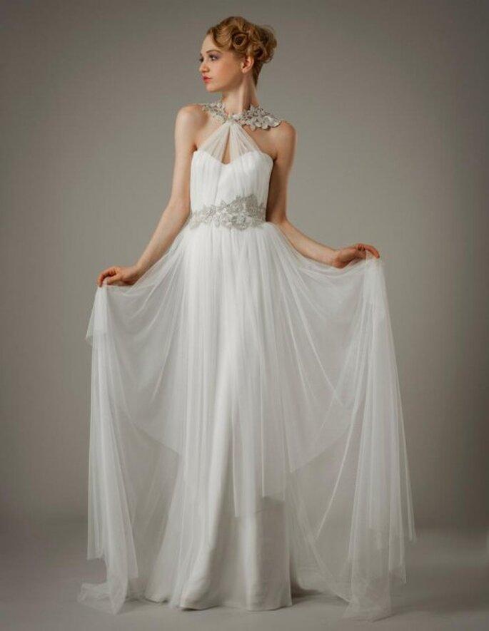 Vestido de novia con hombros descubiertos, escote asimétrico y fajín con apliqués - Foto Elizabeth Fillmore