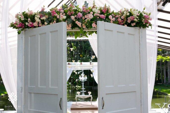Top Entrada da cerimônia de casamento ao ar livre com portas: um toque  LG38