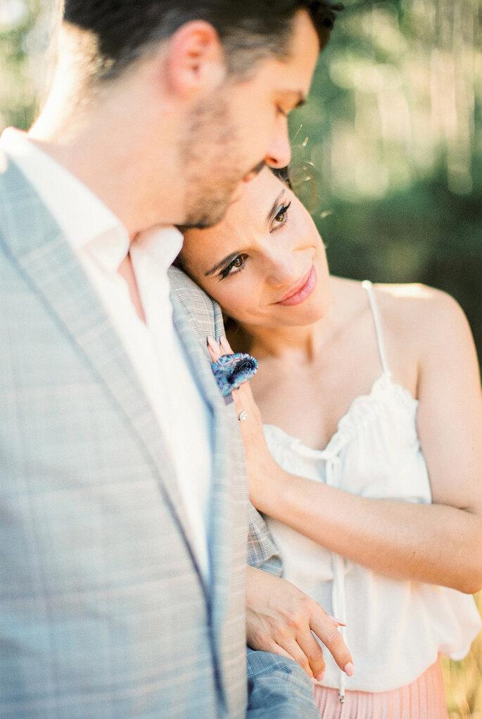 mulher encosta cabeça no ombro de homem casal romântico