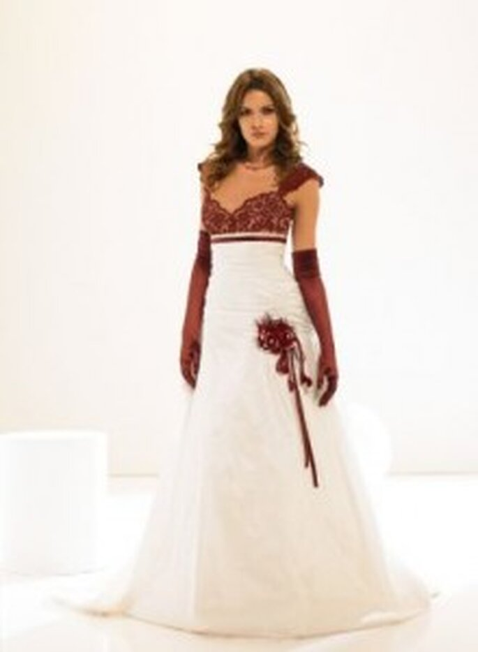 Weise 2010 Couture - A-Linien-Kleid aus weißem Taft mit bordeauxroter Spitze und passenden Handschuhen