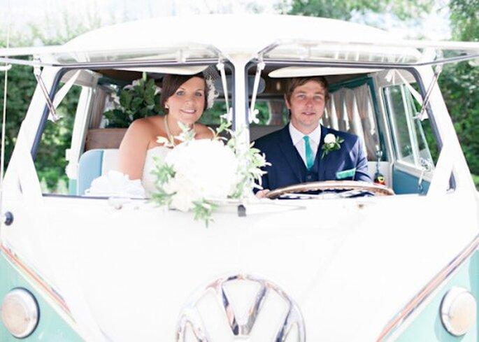 Utiliza un coche de época en color menta para las fotos de tu boda y la decoración - Foto HBA Photography