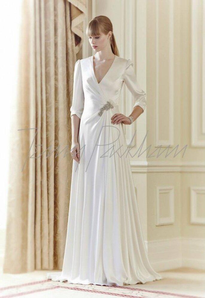Vestido de novia con caída elegante, acabado en satén y mangas tres cuartos - Foto Jenny Packham