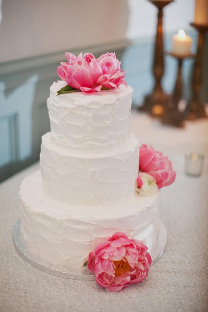 Pastel de bodas sencillo con un detalle llamativo de moda en 2013 - Foto Jodi Miller Photography en The Bride's Cafe