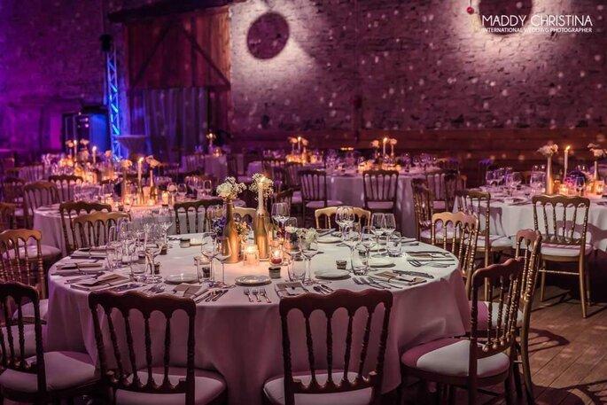 Un dîner de mariage chic et disco est organisée dans une grange