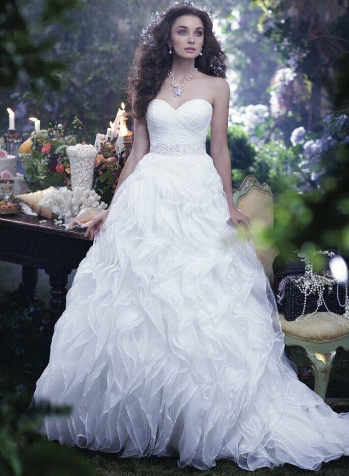 Vestido de novia corte princesa con escote corazón y superposición de holanes en la falda inspirado en La sirenita - Foto Alfred Angelo