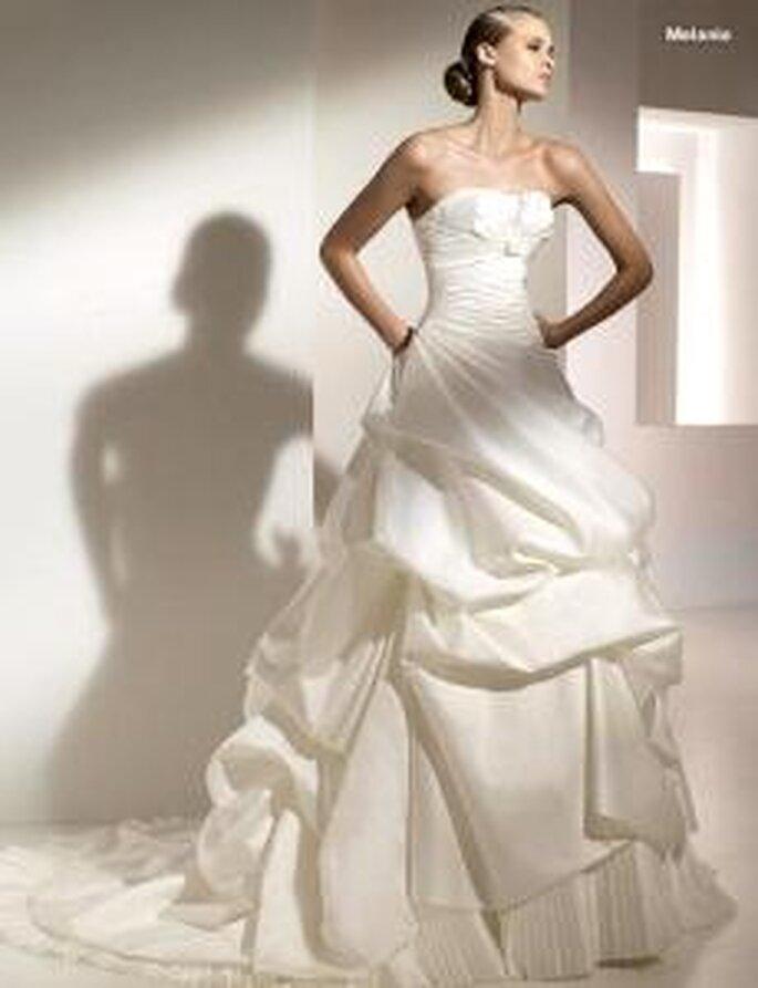 Pronovias 2010 - Melania, vestido largo de corte princesa, escote palabra de honor, falda llena volúmenes