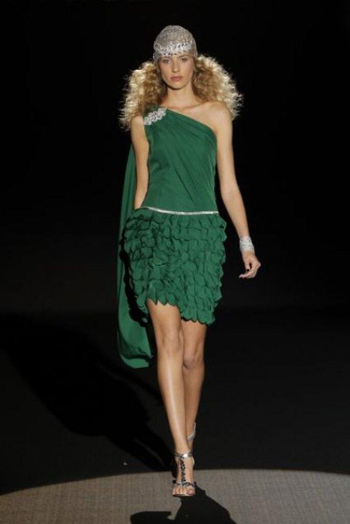 Vestido de novia corto con falda de volantes y capa discreta de Sonia Peña Colección Primavera 2015