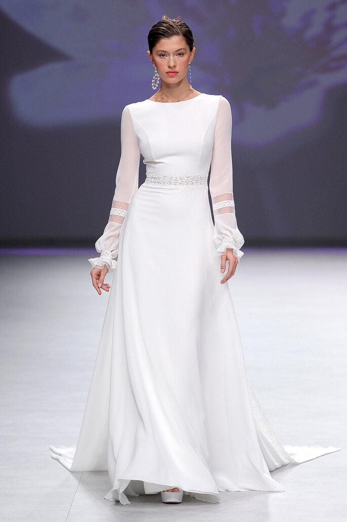 Vestido de novia con manga larga y escote barco