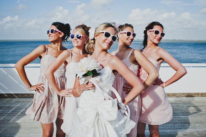 Fun in the sun - fröhliche Braut mit Ihren Mädels. // Foto: © Davidone