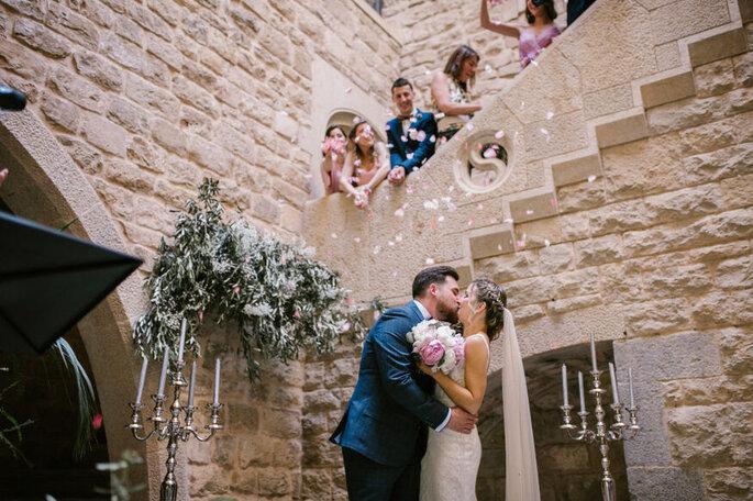 Novios besándose en la ceremonia