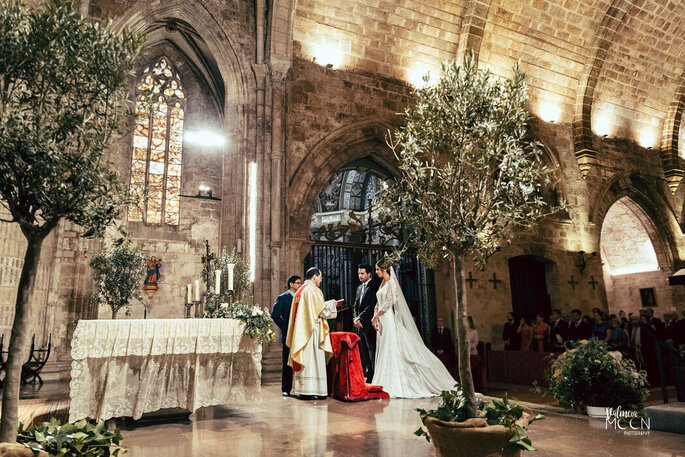 Novios casándose en la iglesia