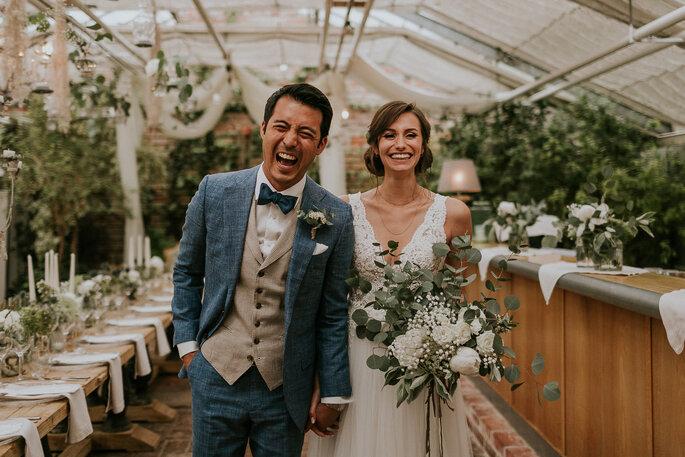 Tiny Wedding im Boho Stil Alte Gärtnerei München Brautpaar lachend