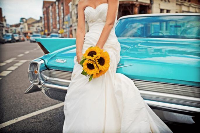 Un coche de época puede ser la escenografía perfecta - Foto Cotton Candy Weddings
