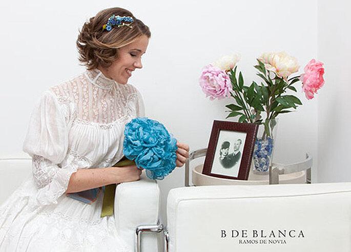 Vestido de Just One Fit, tocado de Bibiana la Lía y ramo de tela, de B de Blanca. Foto: B de Blanca
