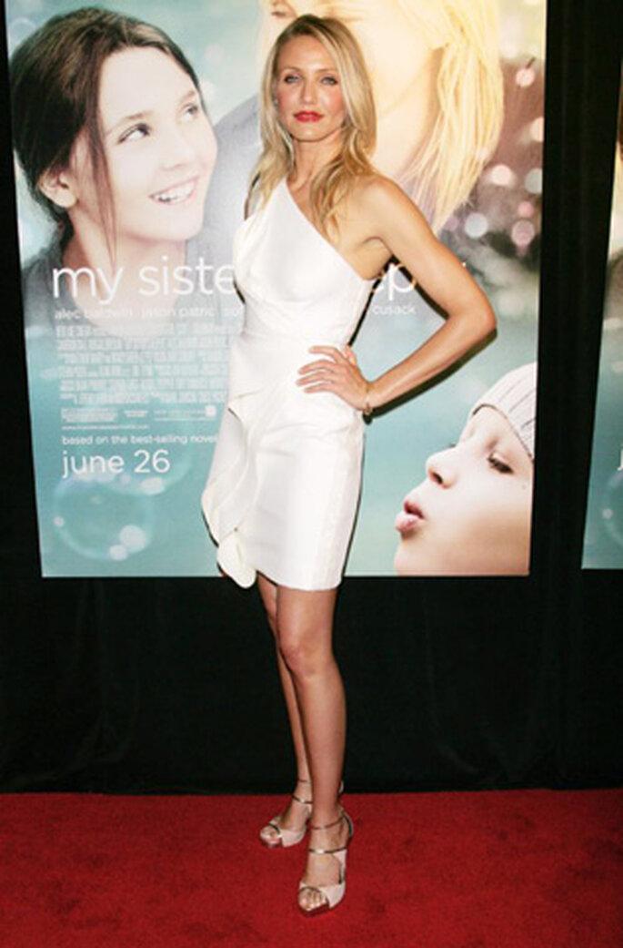 Cameron Díaz luce un sensual vestido blanco con un hombro al descubierto