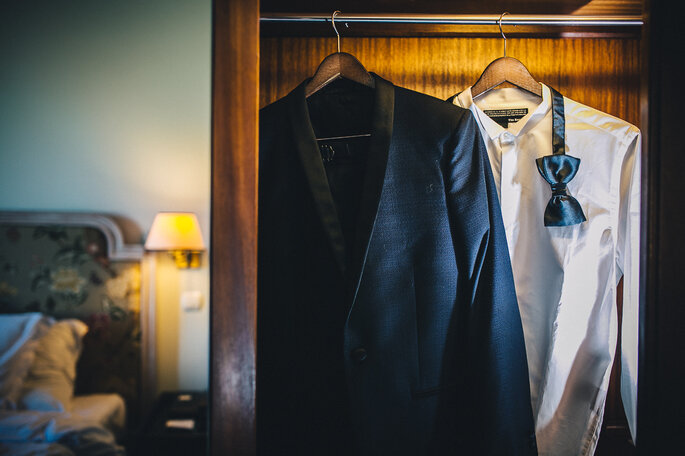 fato de noivo pendurado no armário do quarto