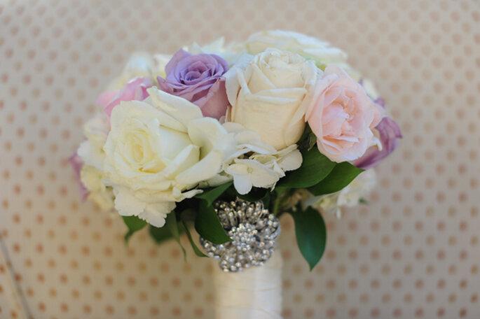 Bouquet con rosas rosas, blancas y lilas. Foto: Clau Photography Fine Art