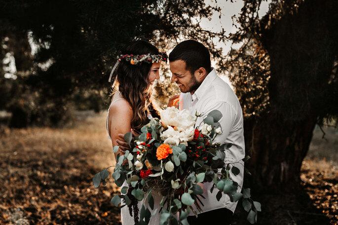 Glückliches Brautpaar sich ansehend und lächelnd
