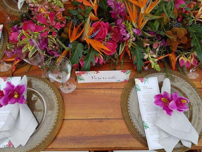 flores coloridas na mesa do casamento