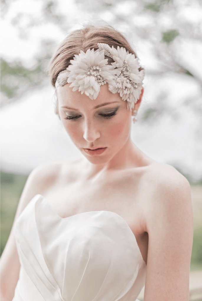 Diadema de flores y pedrería para novia para un toque inspirado en la naturaleza - Foto Enchanted Atelier