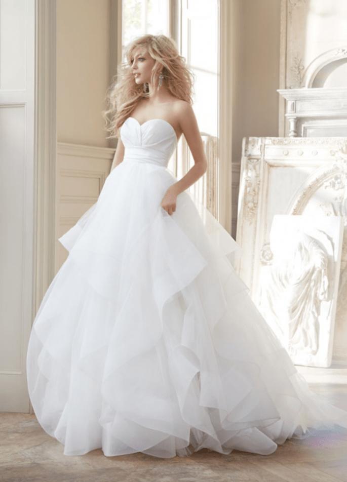 Vestido de novia corte princesa con escote strapless corazón y falda voluminosa confeccionada con tul - Foto Hailey Paige en JLM Couture