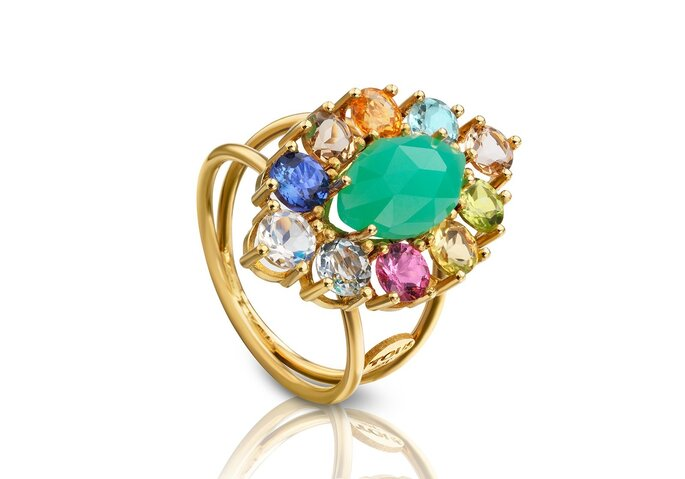 Anillo de compromiso en oro con variedad de piedras y esmeralda de centro